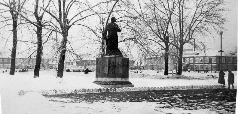 Старый памятник В. И. Ленину. Дата снимка: 1950-60-е годы фото из коллекции В. А. Ануфриева